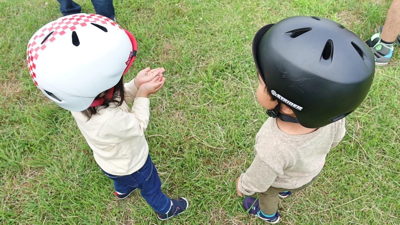 bernNINOヘルメットを装着した男の子と女の子