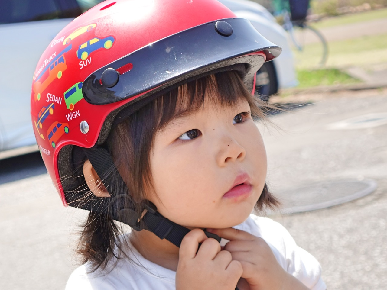 ブリヂストン自転車用子供ヘルメットをかぶる女の子
