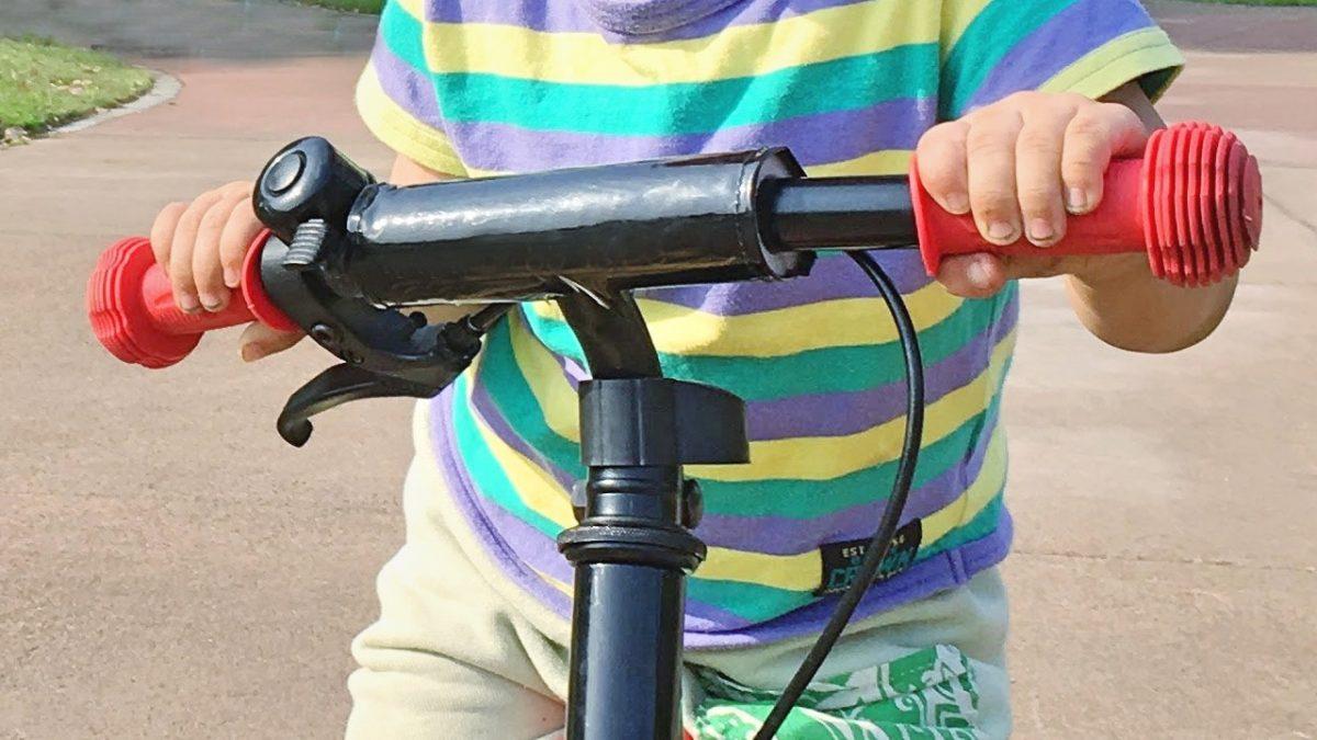 キックバイクのブレーキを握れない男の子