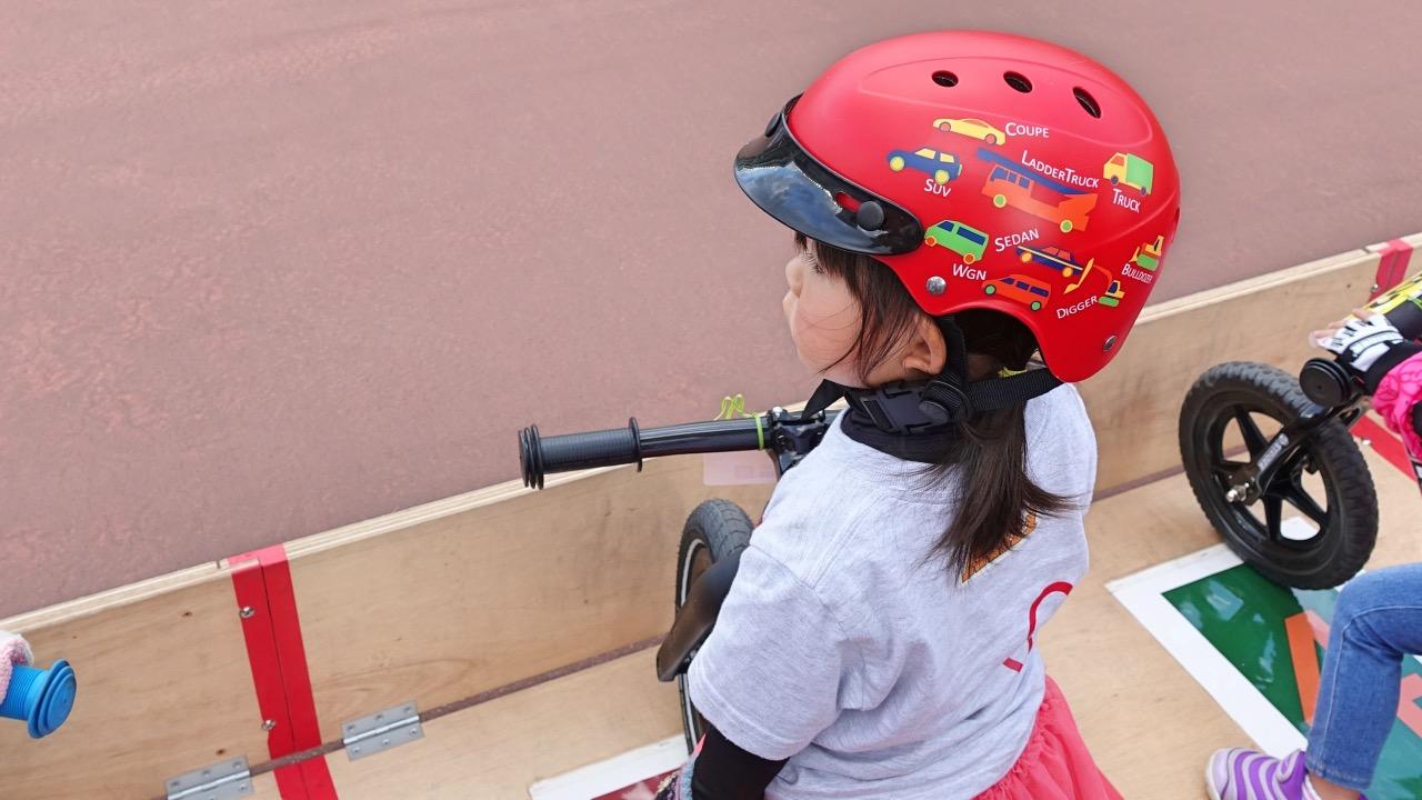 ブリヂストンのヘルメットをかぶりストライダーの大会に出場する女の子