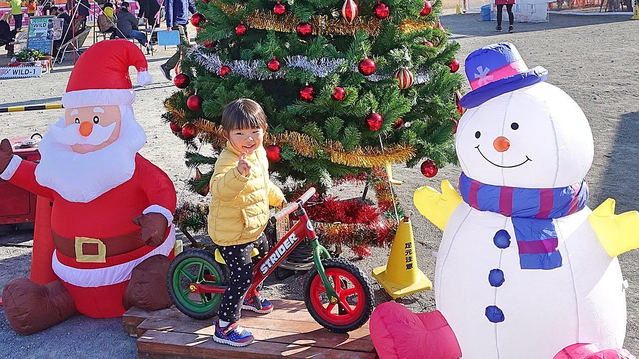 ストライダーに乗ってクリスマスの雰囲気を楽しむ女の子