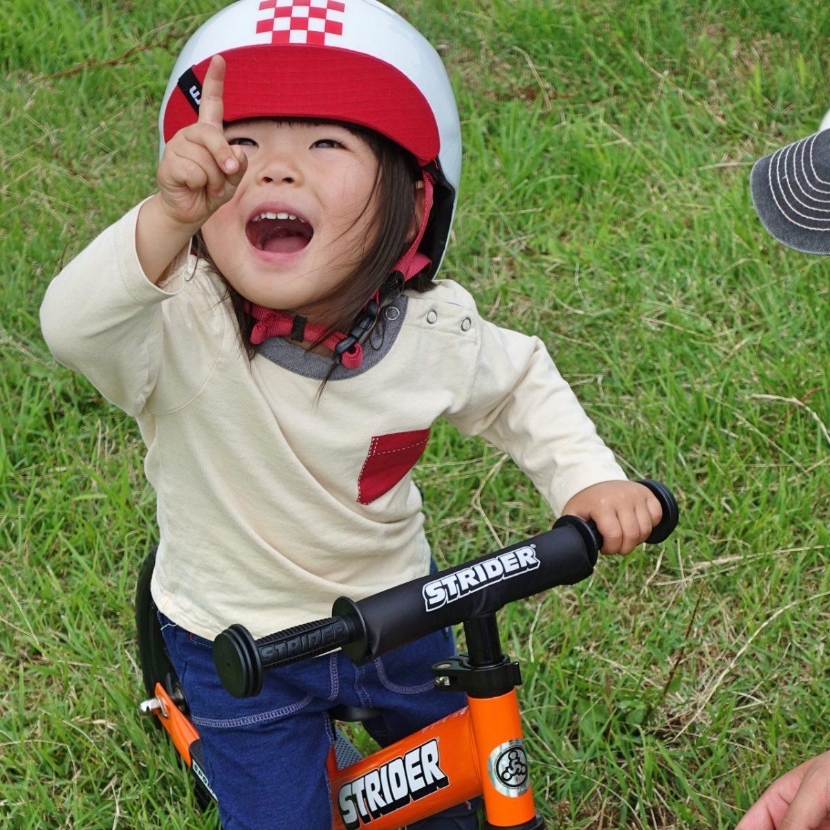bernのヘルメットをかぶりストライダースポーツモデルに乗る女の子