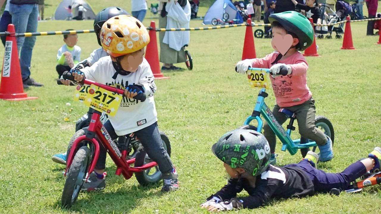 ストライダー大会とちキッズカップでラングスバランスバイクアルミマットに乗る男の子