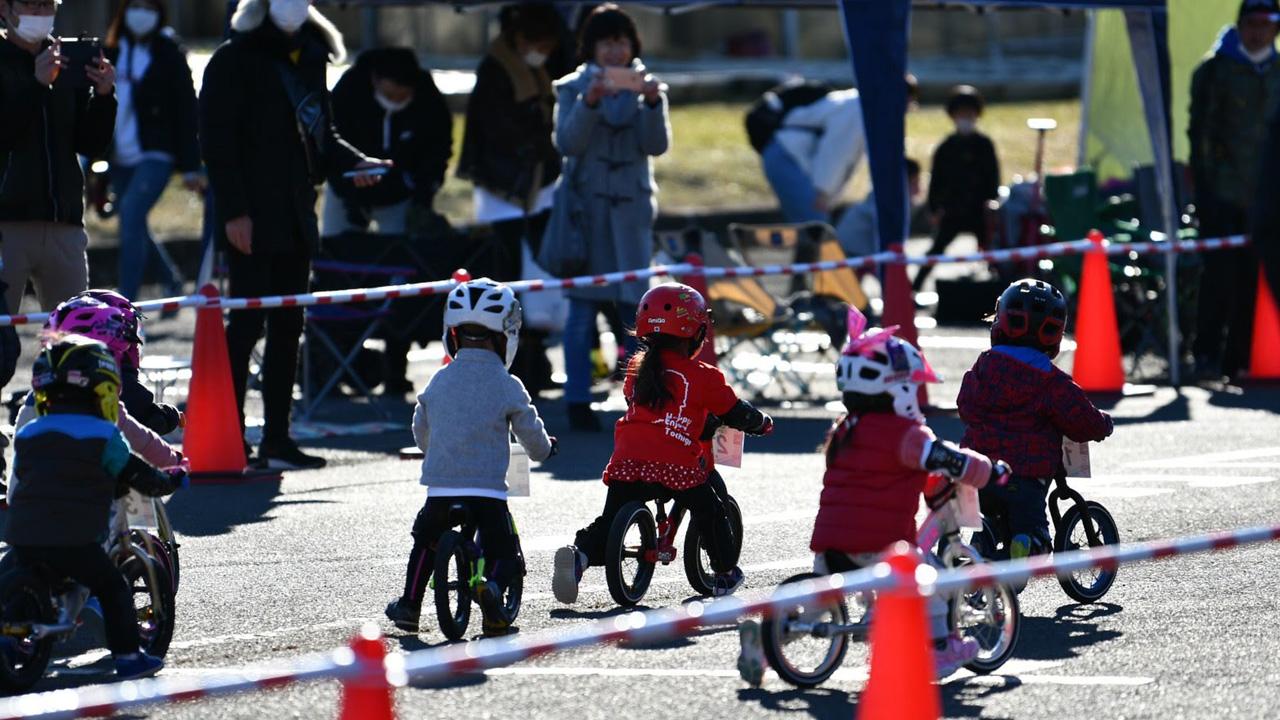 RCS全日本ランバイク選手権シリーズ2歳クラス バランスバイクで走る子どもたち