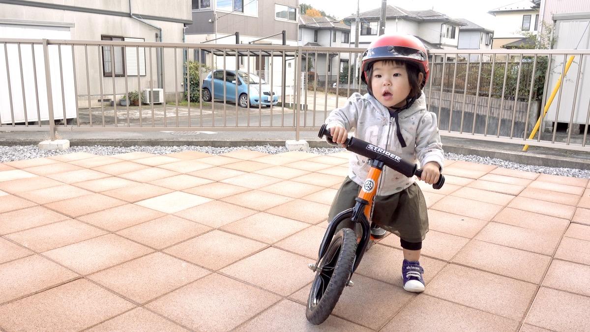 ストライダースポーツモデルに乗る1歳8か月の女の子