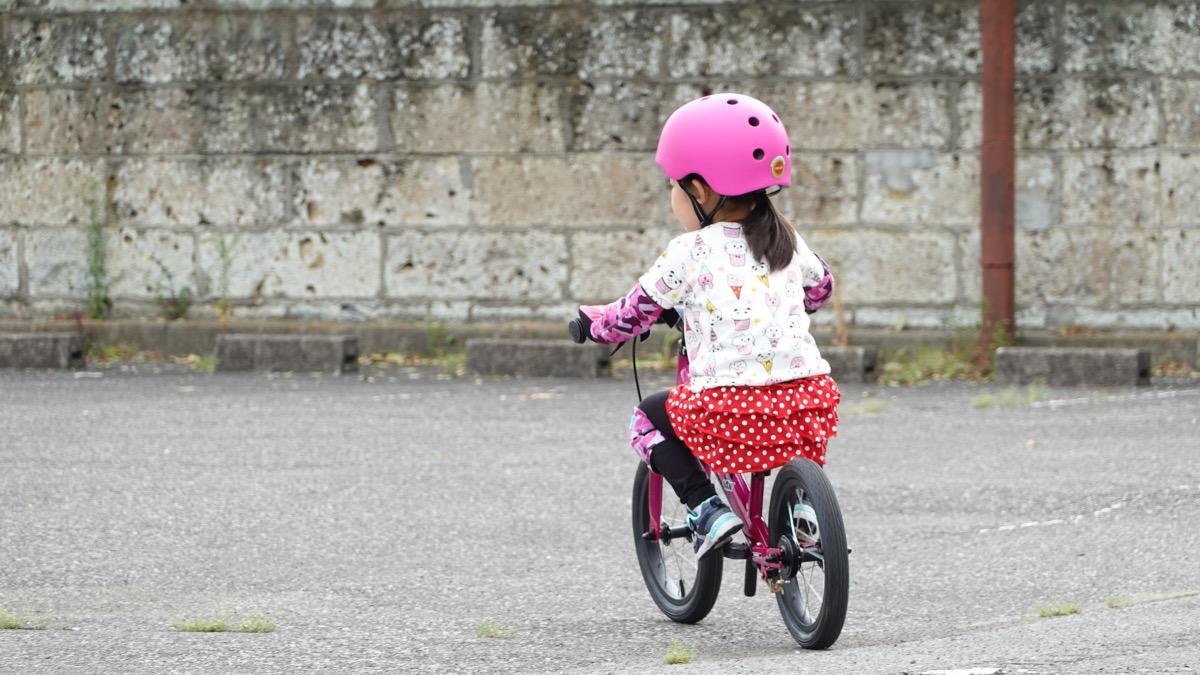 ストライダー14xに乗る4歳の女の子