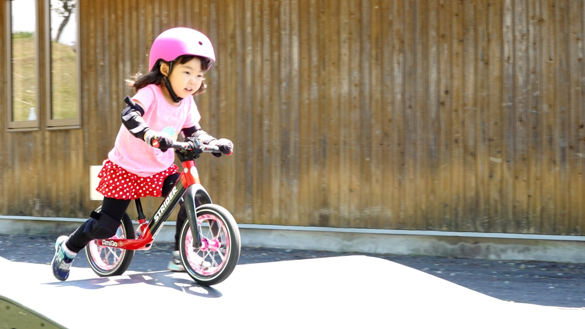 ストライダーST-Rでパンプを走る女の子