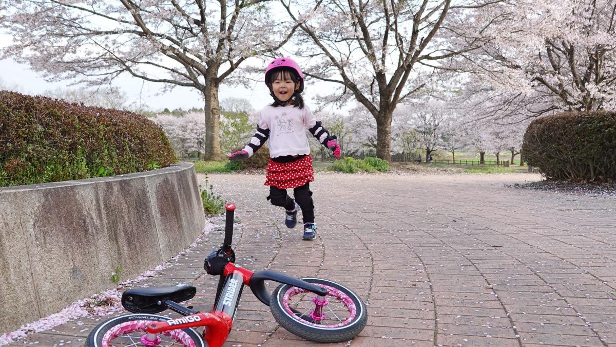 桜満開の中ストライダーST-Rにかけ寄る女の子