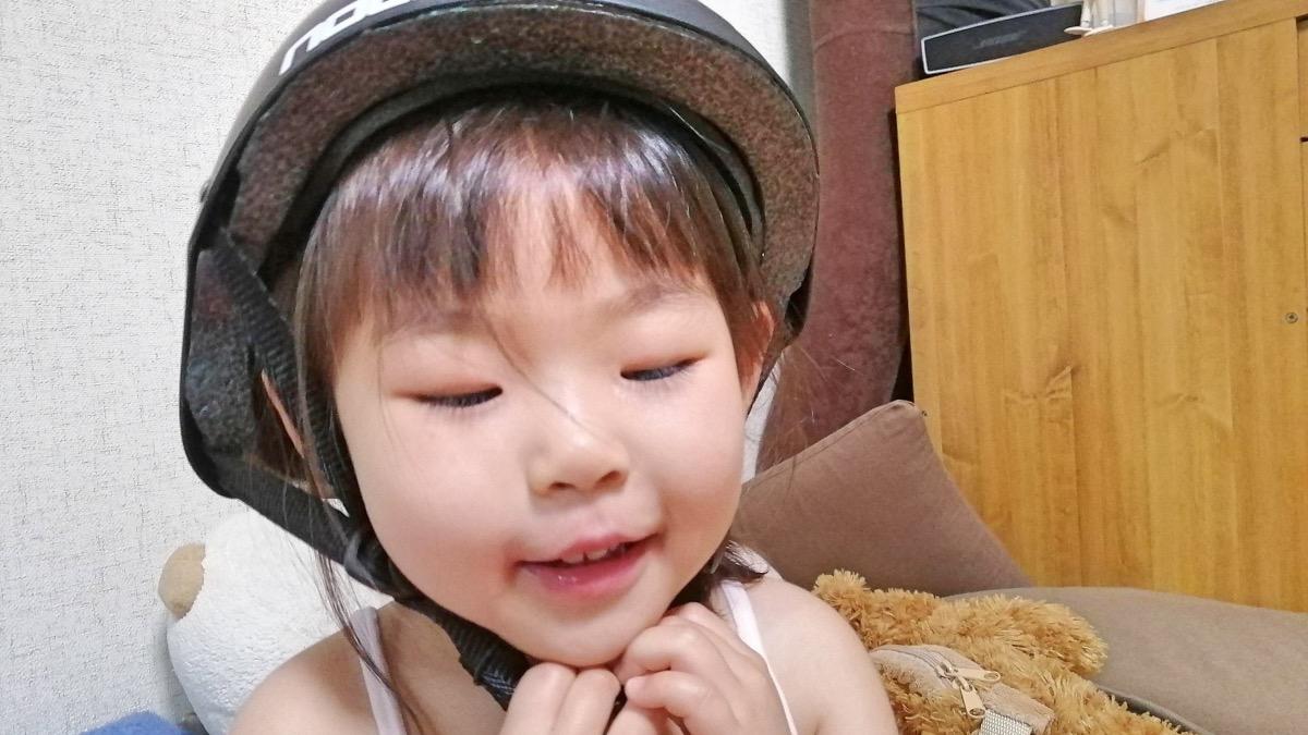 西松屋子供用ハードヘルメットをかぶる女の子