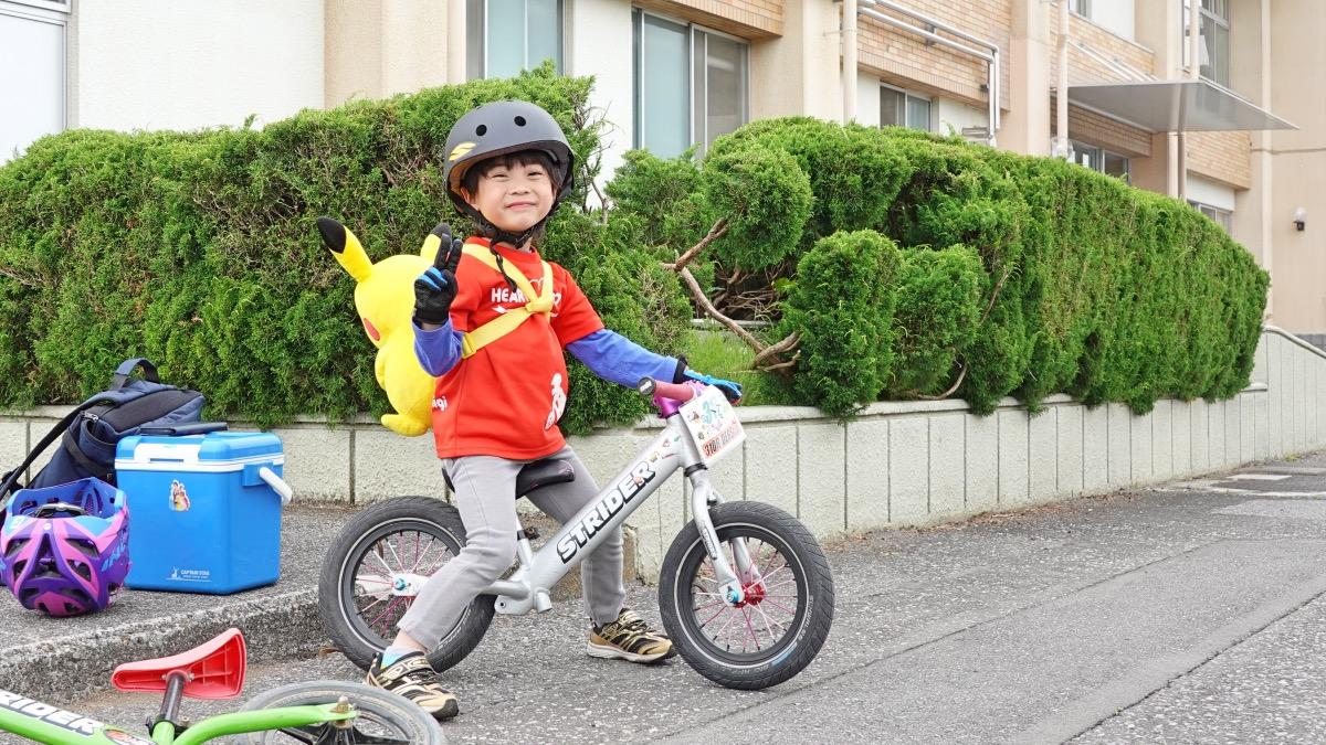 西松屋子供用ハードヘルメットをかぶってストライダーに乗る男の子