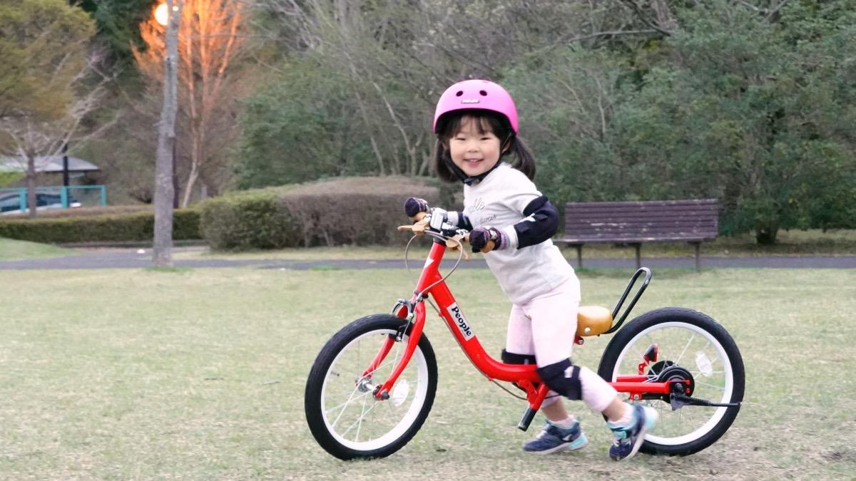 メロンヘルメットをかぶりケッターサイクルに乗った女の子