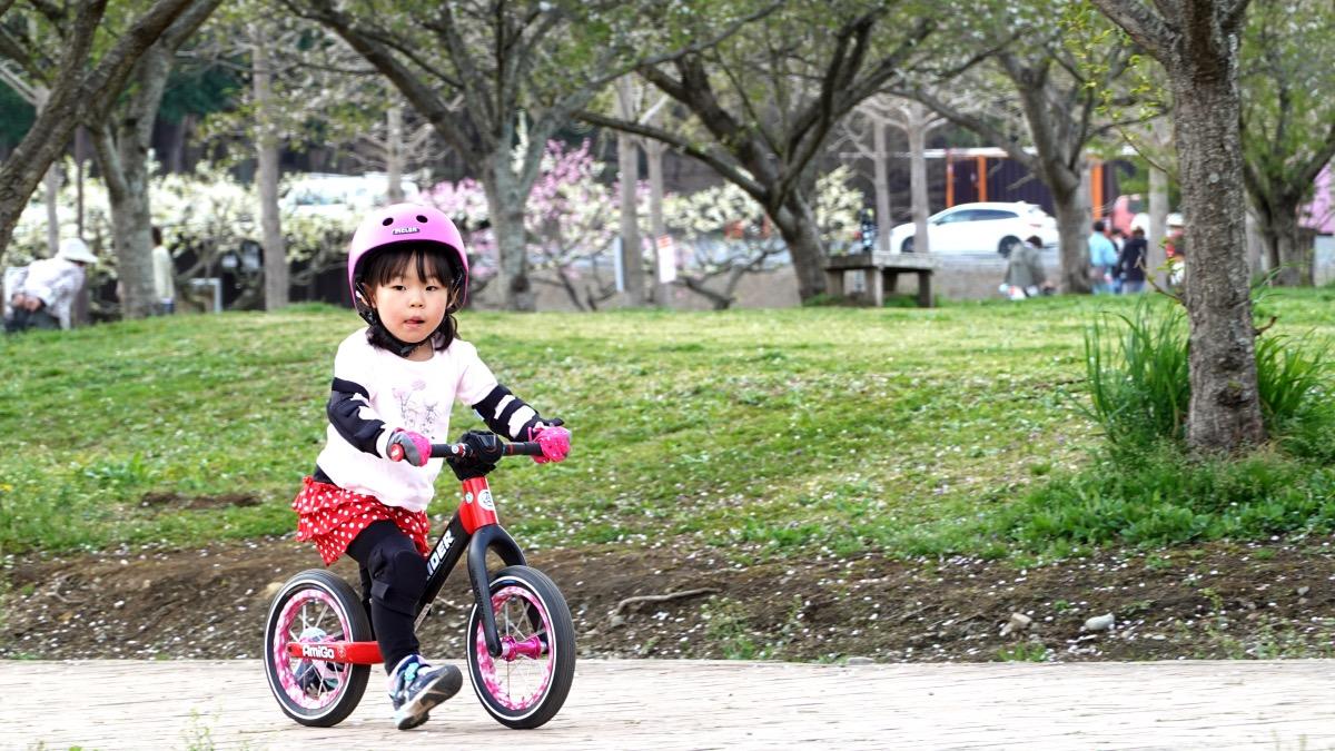 道の駅うつのみやろまんちっく村 メロンヘルメットをかぶり、ストライダーST-Rで走る女の子