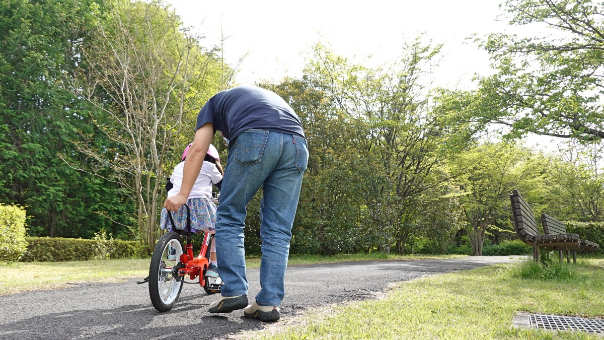 ケッターサイクルで補助輪なし自転車の練習をする4歳の女の子