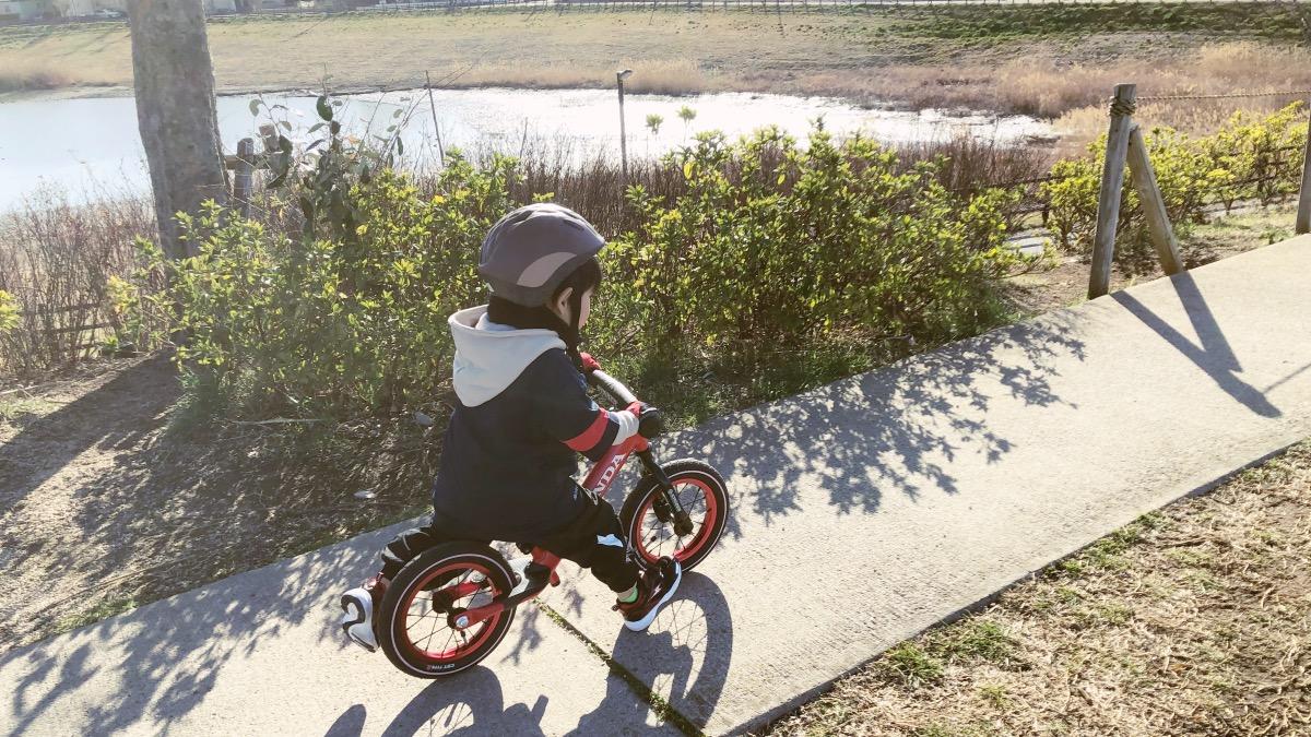 OGKカブトのヘルメットをかぶり、ストライダースポーツ ホンダコラボモデルに乗る男の子