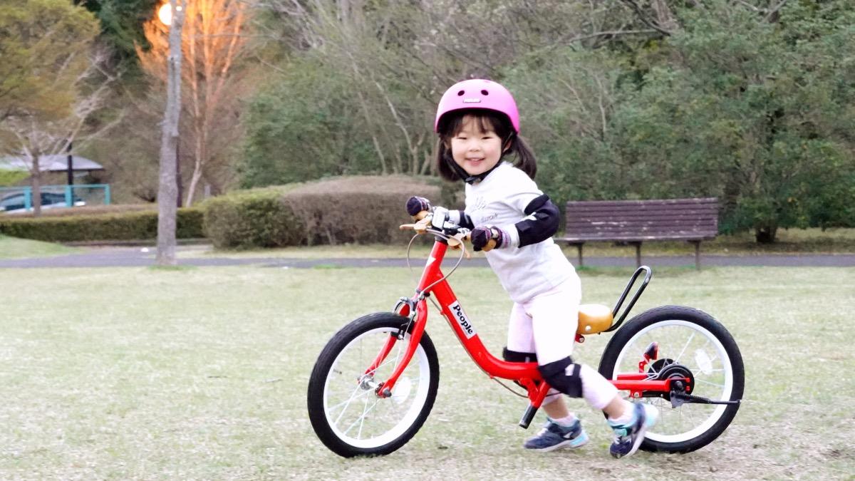 ケッターサイクルに乗る4歳の女の子