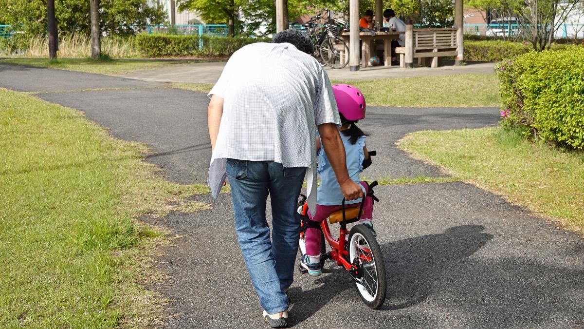ケッターサイクルで自転車練習をする女の子
