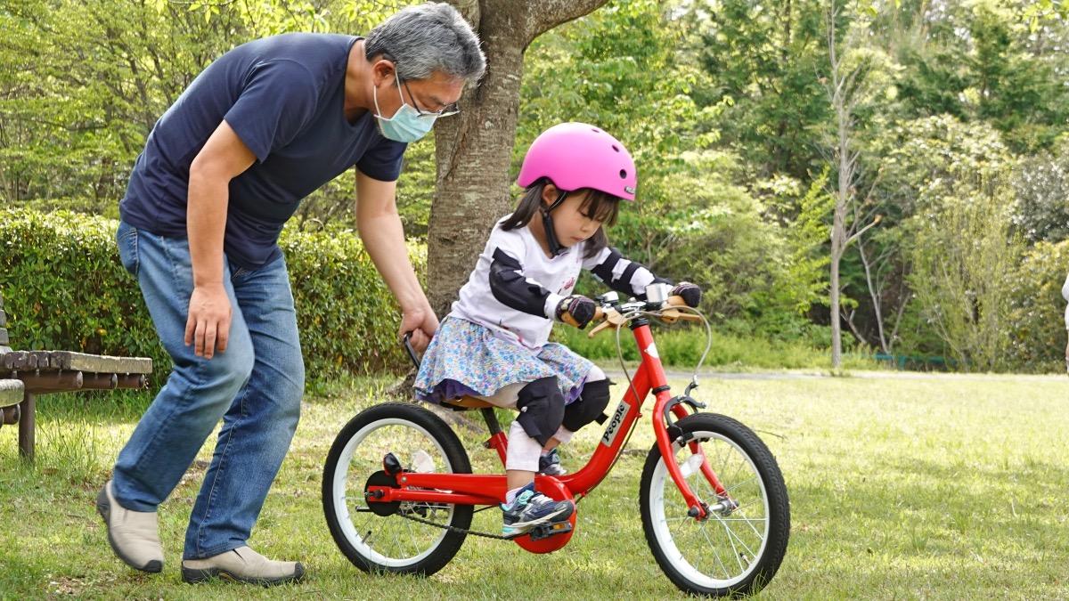 ケッターサイクルで自転車の練習をする女の子