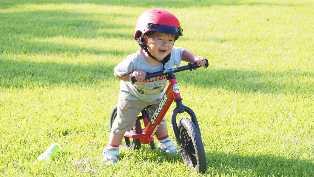 ブリヂストンのヘルメットをかぶりストライダーに乗る男の子