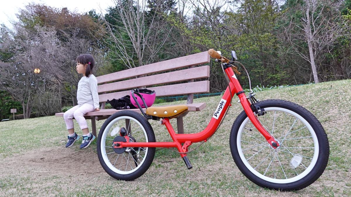 自転車練習休憩中の女の子