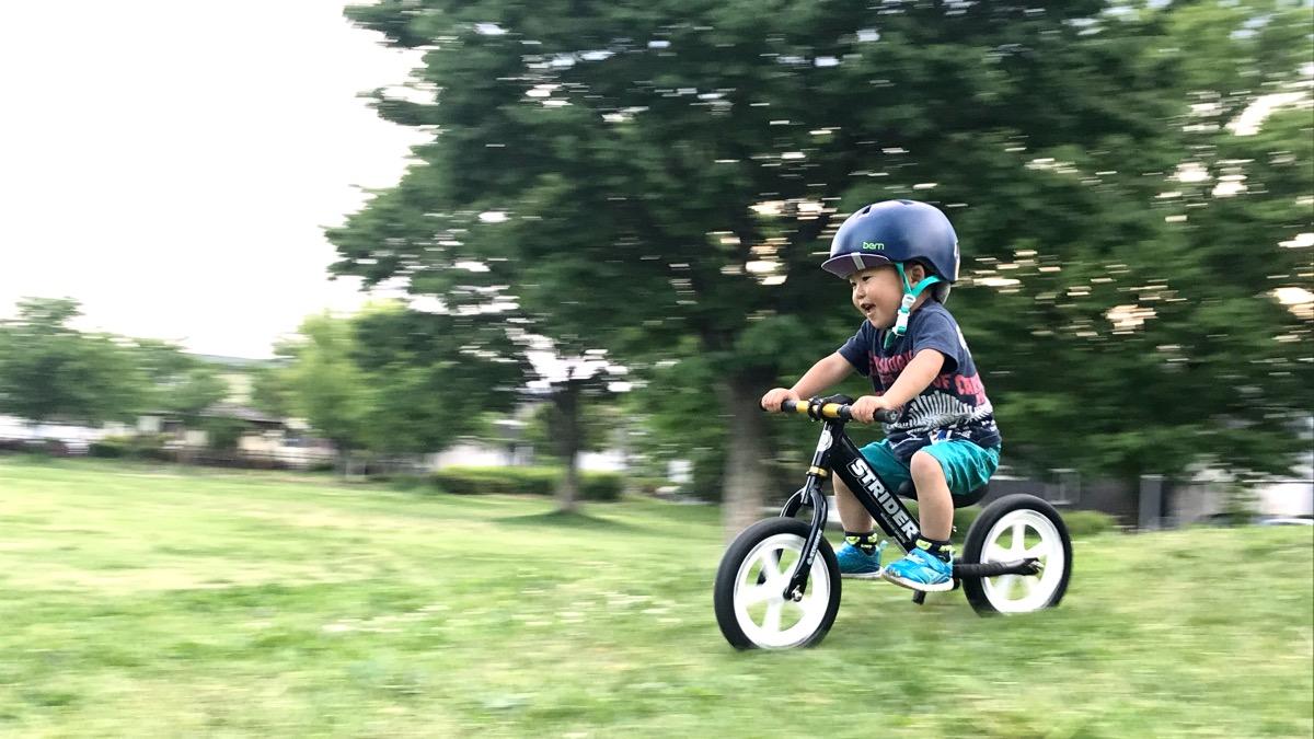 ストライダーで走る男の子