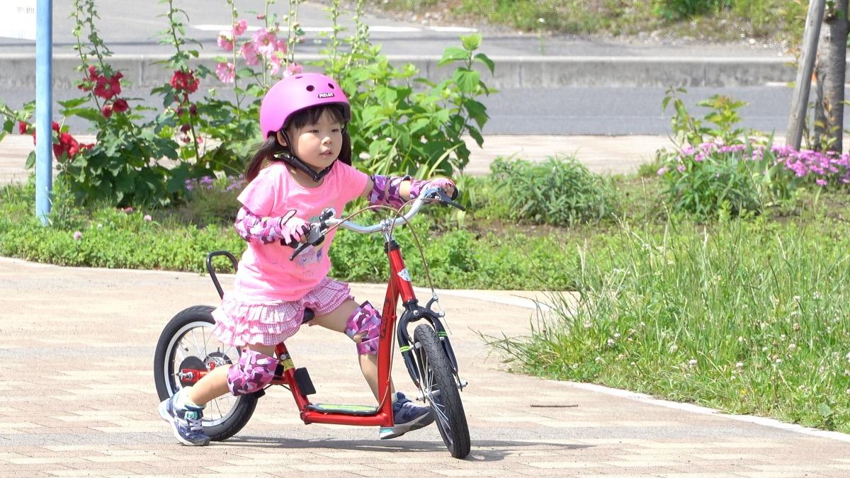 公園でキックルに乗る女の子