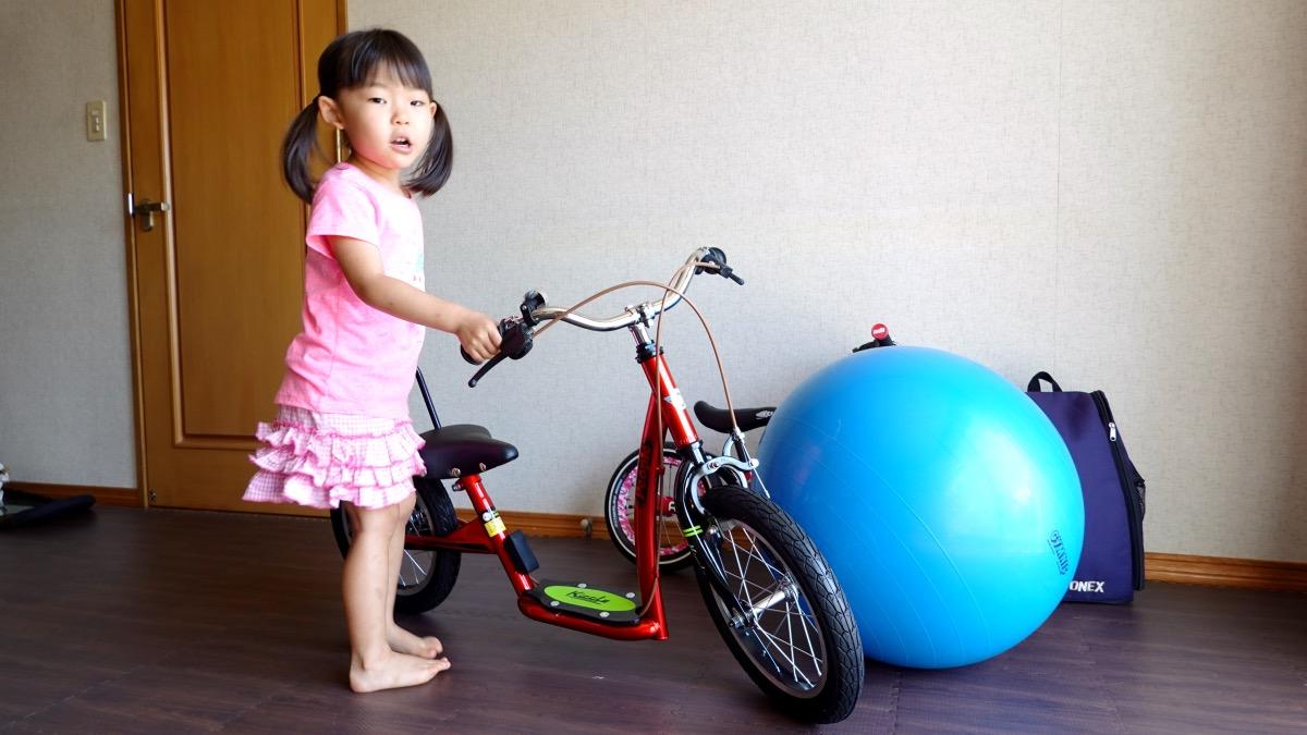 幼児用自転車キックルと女の子