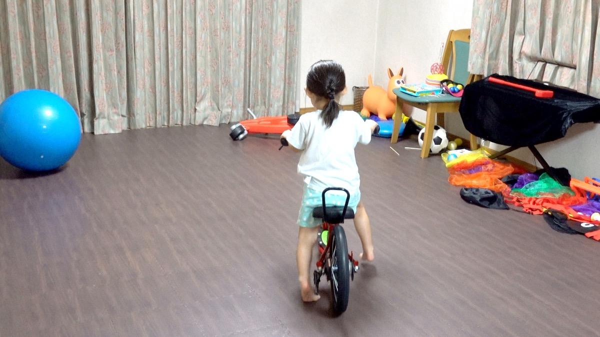室内でキックルに乗る女の子