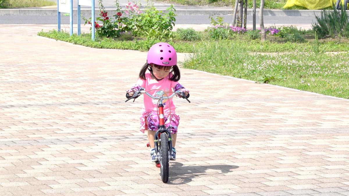 子ども用自転車キックルに乗る4歳の女の子