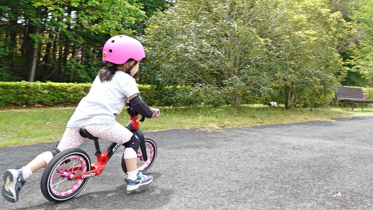 ヘルメットとプロテクターを付けてストライダーST-Rで走る女の子