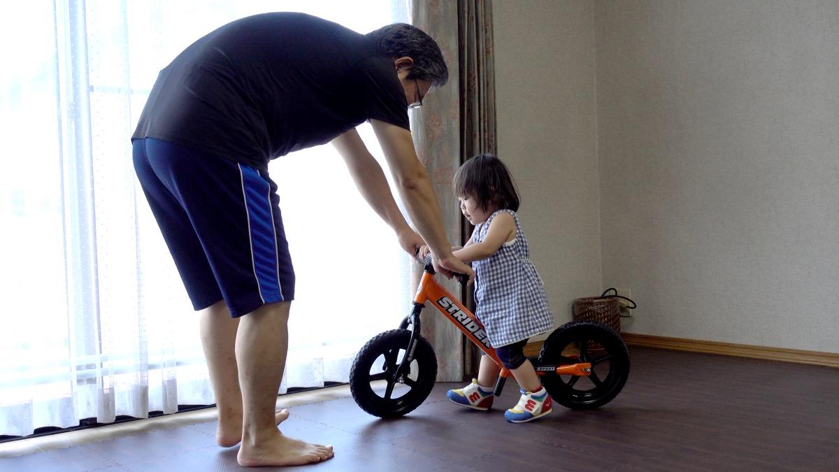 ストライダースポーツモデルに乗る1歳7か月の女の子