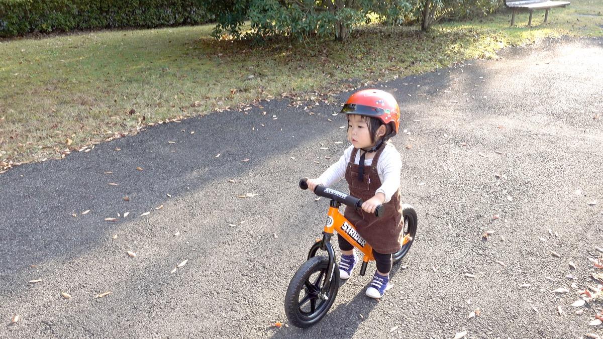 ストライダースポーツモデルに乗る1歳の女の子