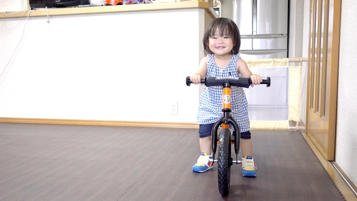 ストライダーの練習をする1歳の女の子