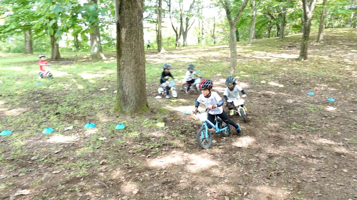 ストライダー14xで森の中のコースを走る子どもたち