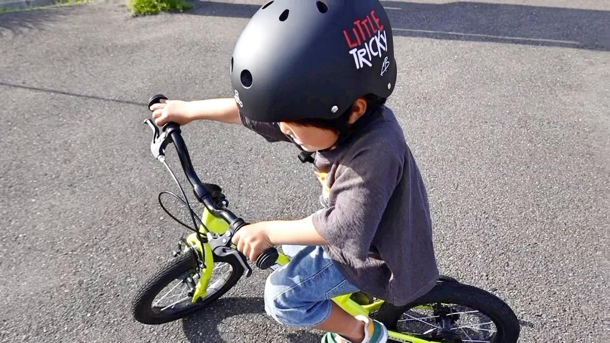 トリプルエイトのヘルメットをかぶってストライダー14xに乗る男の子