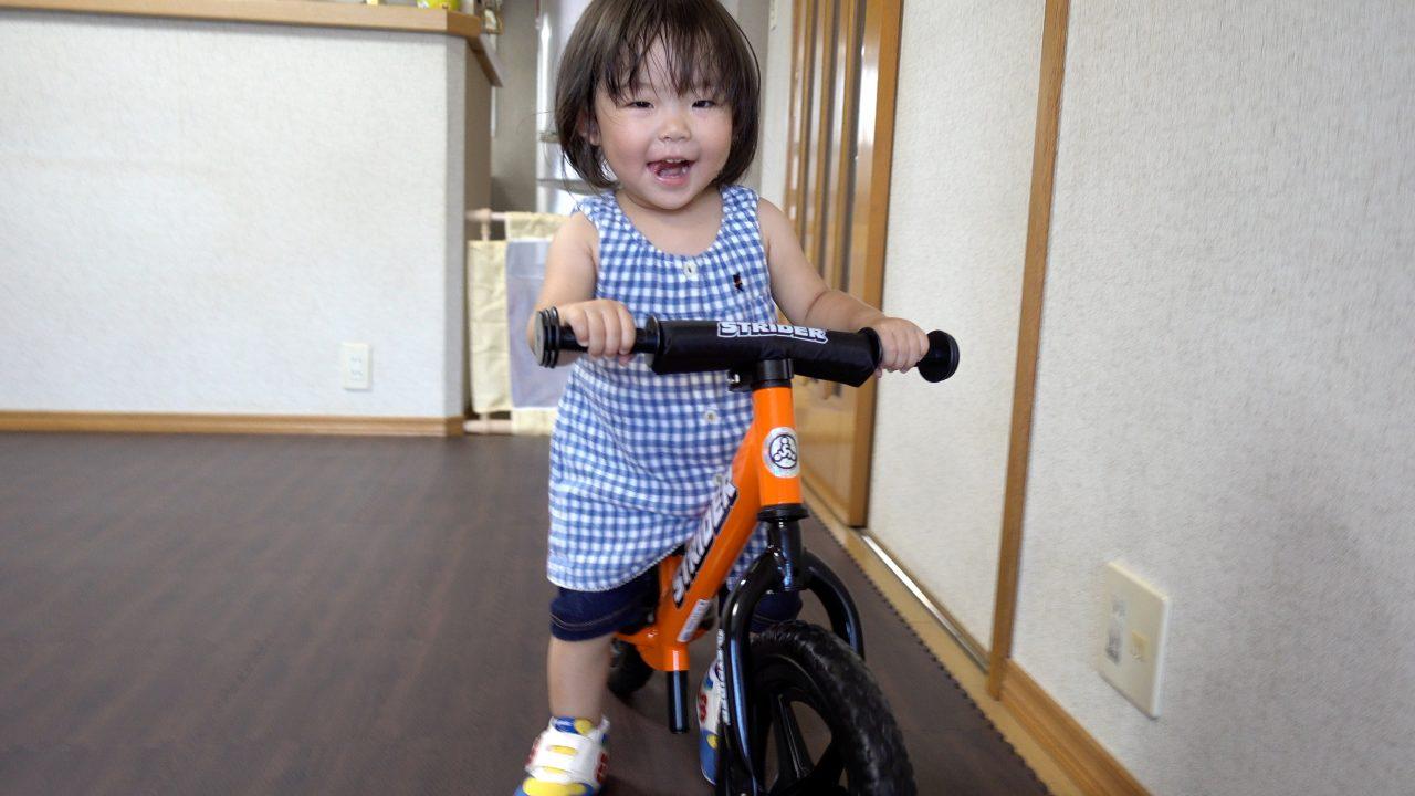 初めてストライダーに乗る1歳7か月の女の子