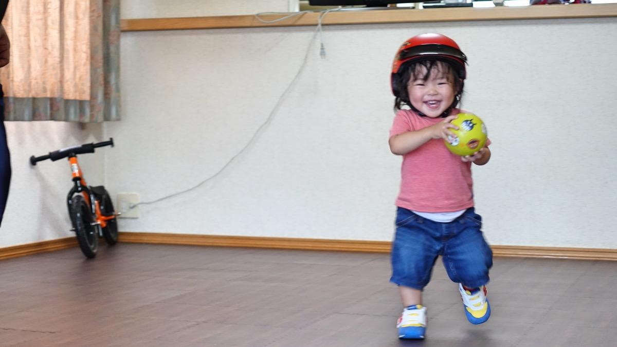 ストライダーに興味がないのでボール遊びをする1歳7か月の女の子