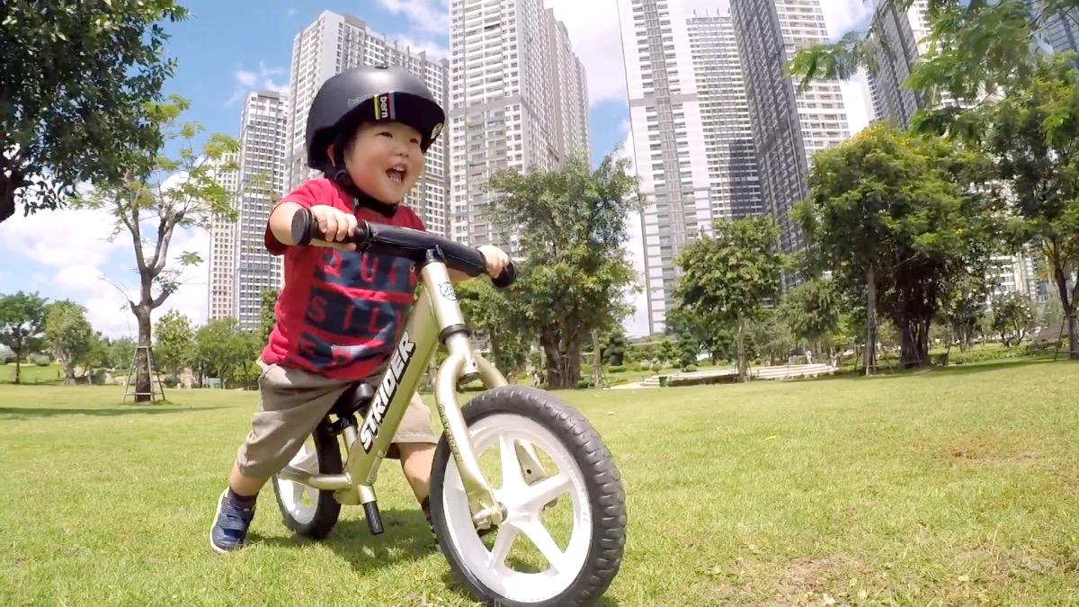 ストライダーの乗る1歳11ヶ月の男の子