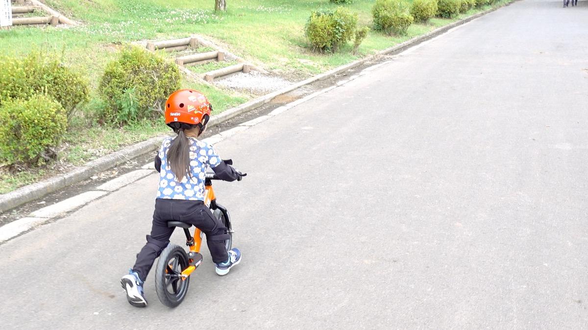 ストライダースポーツモデルに乗る3歳の女の子