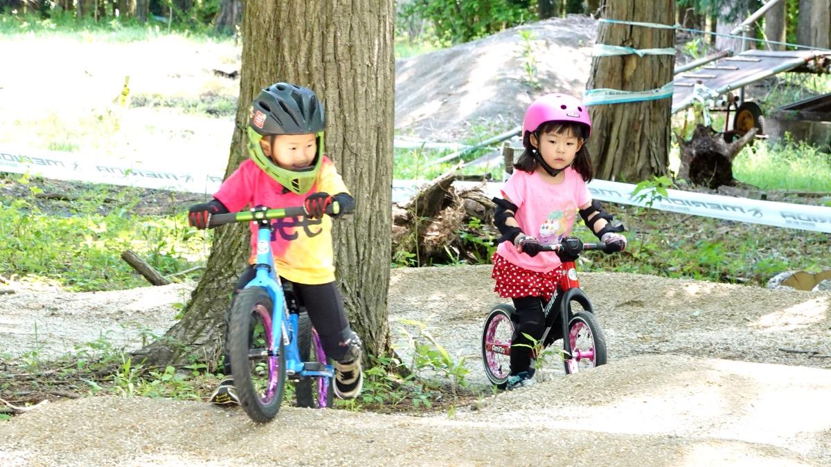ストライダー14xに乗る4歳の男の子とストライダーST-Rに乗る4歳の女の子